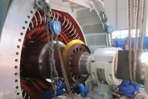 赤峰项目2号发电机组穿转子一次成功