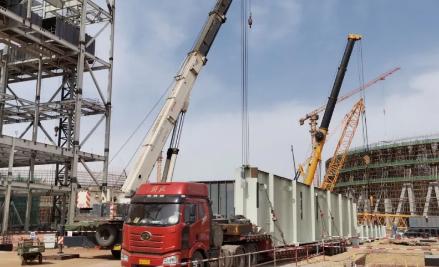 秦龙电力新疆吉木萨尔发电1号机组锅炉大板梁运抵工程现场
