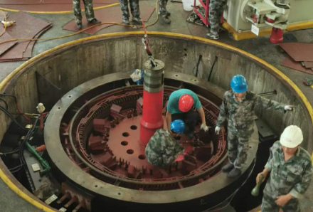 乐东发电公司响水电站 1号机组转子起吊工作顺利完成